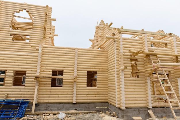 釘を使わずに手作業で処理された木製の丸太で作られたキリスト教の教会の建設