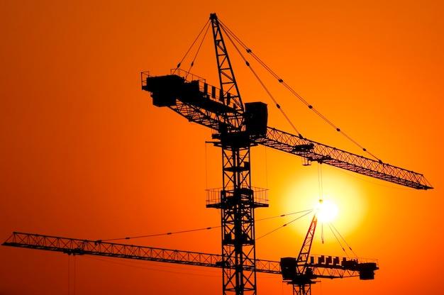 Строительство крупного жилого дома на закате.