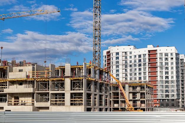 모 놀리 식 철근 콘크리트 주택 건설. 현대 건축 기술. 현대적인 다층 건물의 건설.