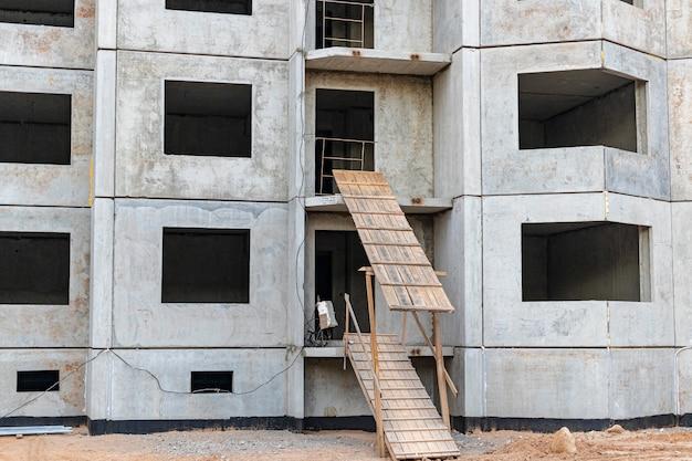 다층 패널 철근 콘크리트 주택 건설. 건물 입구의 안전한 경사로. 건설 현장 안전.