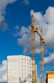 가스 규산염 블록 및 벽돌로 된 새로운 고층 건물 건설, 건설 크레인이있는 건설 현장