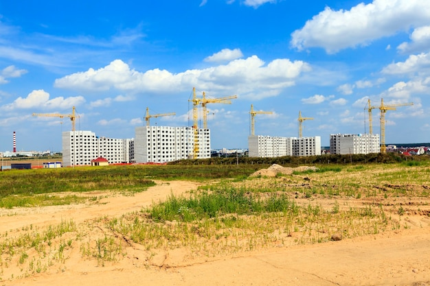 Строительство нового многоэтажного жилого дома в городе