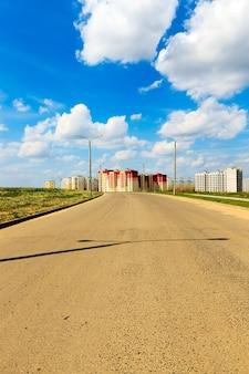 작은 마을에 새로운 주거용 건물 건설.