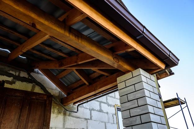 투수 지붕 건설. 금속 지붕의 외장. 지붕 경사.