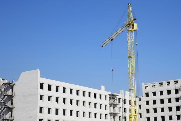 흰색 벽돌 주거용 건물 건설