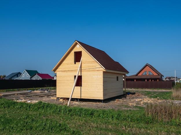 마을에 목조 주택 건설. 러시아.