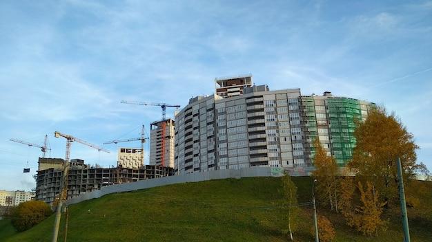 山の上のアパートの建設