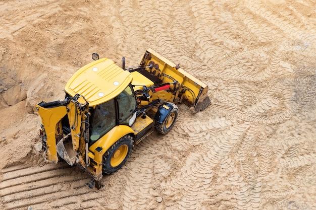 新しい建物のコンクリート基礎の建設、建設機械、掘削機、上面図。