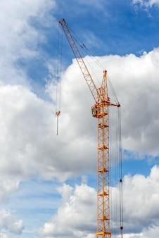 Строительство многоэтажного жилого дома.