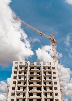 多階建ての建物と吊り上げタワークレーンの建設