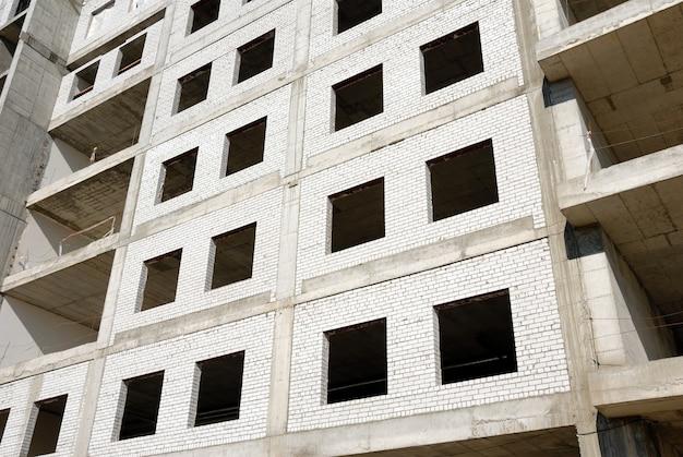 Строительство офисного здания из стекла и бетона.