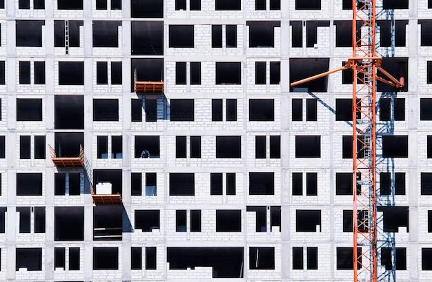 モスクワの背景にパネルハウスの建設