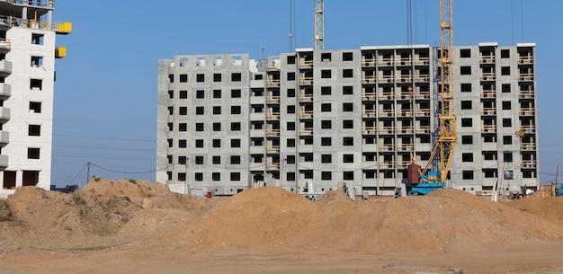 많은 층과 주거용 아파트가있는 주거용 건물 건설