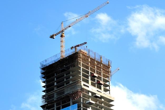 고층 빌딩의 건설입니다. 하늘 배경에 사무실 높은 고도 건물.
