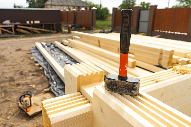 バーからの家の建設。穴あけとダボの目詰まり。
