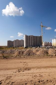 새 집 건설-새로운 다중 층 주택 건설이 수행되는 건설 현장.