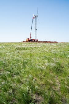 風力発電所の建設フェザーグラスステップでの晴れた夏の日の設置作業