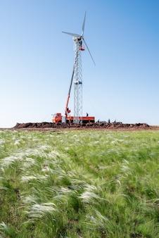 風力発電所の建設高所作業車を使用した設置作業