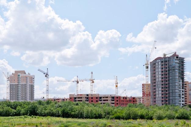 도시 외곽에 건설