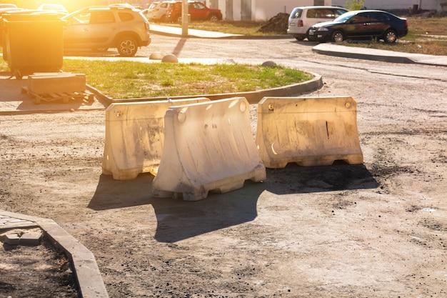 Забор строительной ямы на дороге. фон безопасности строительства. фото стройплощадки и защитного ограждения