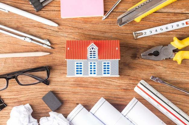 Планирование строительства со строительными чертежами и аксессуарами, строительные проекты на бумаге.