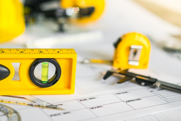 청사진에 헬멧 및 그리기 도구와 건설 계획.
