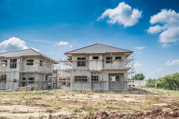 建築現場で建設中の住宅用新築住宅