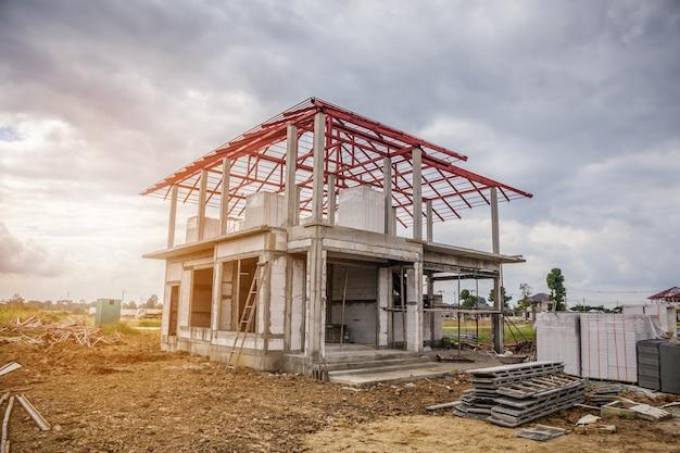 Строительство нового жилого дома на строительной площадке