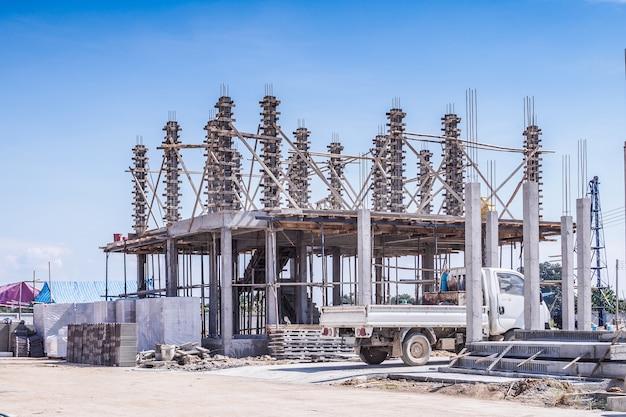 建設現場で進行中の住宅の新しい家の建設