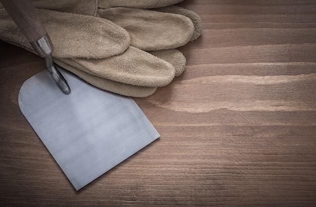 木製の建設安全手袋と煉瓦工のこて。