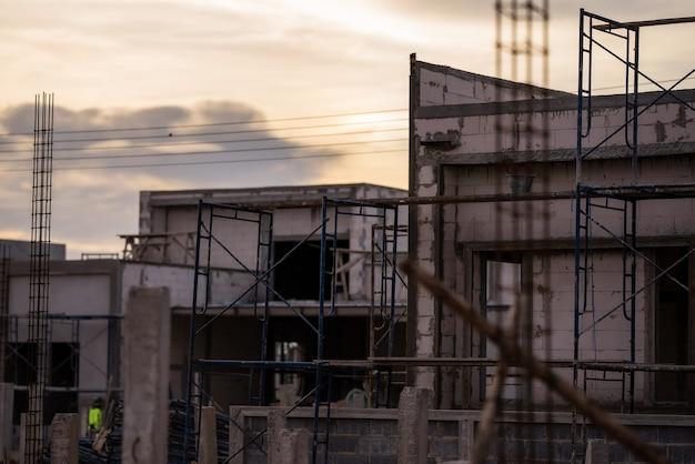 建設現場と建設現場の労働者の背景安全第一概念建設新しい倉庫の背景