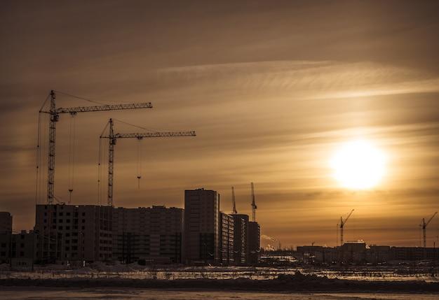 日没時の建設現場。