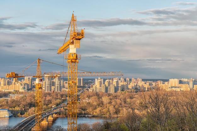 도시 배경에 크레인이 있는 키예프의 건설 현장.