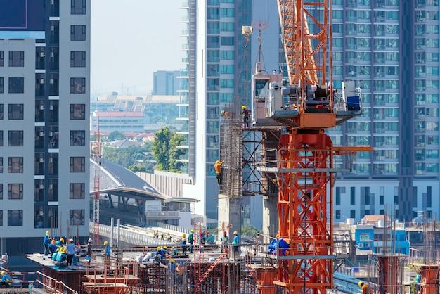 新しい建物の初めに稼働している建設現場