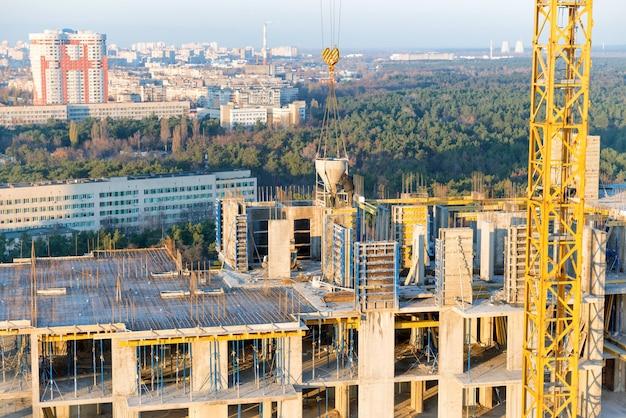 건축 산업에서 콘크리트 블록이 있는 건설 현장