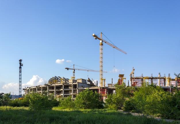 Строительная площадка с краном и зданием