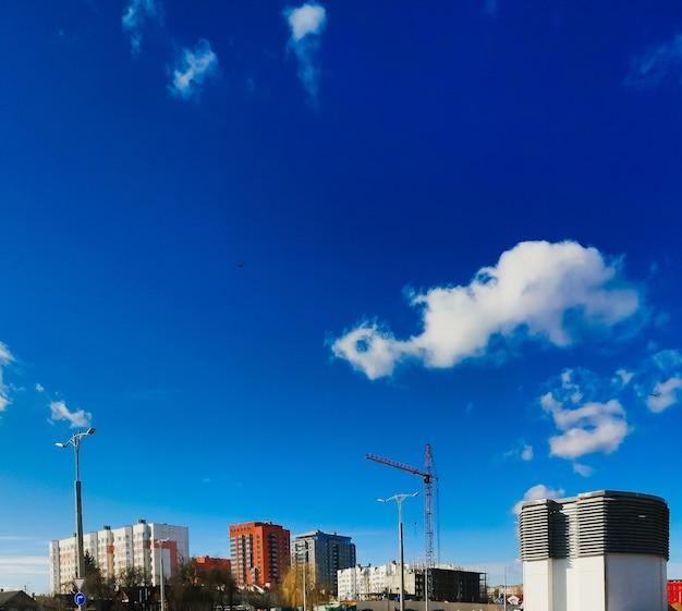 空を背景にクレーンのある建設現場
