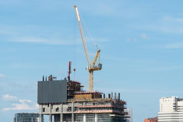 낮 하늘을 배경으로 크레인이 있는 건설 현장