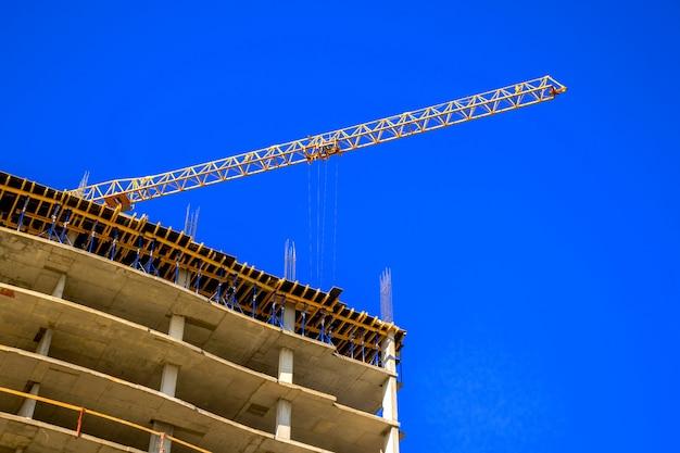 高層建設用クレーンのある建設現場