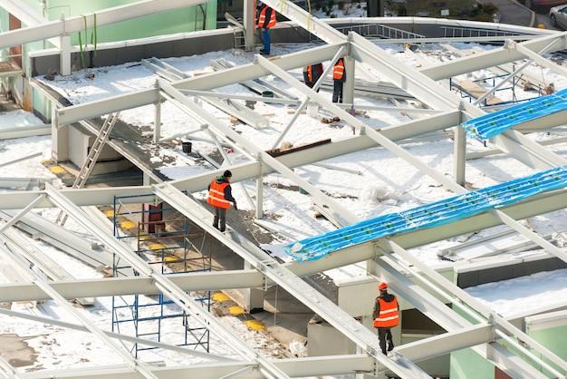 건물 지붕에 노동자와 건설 현장
