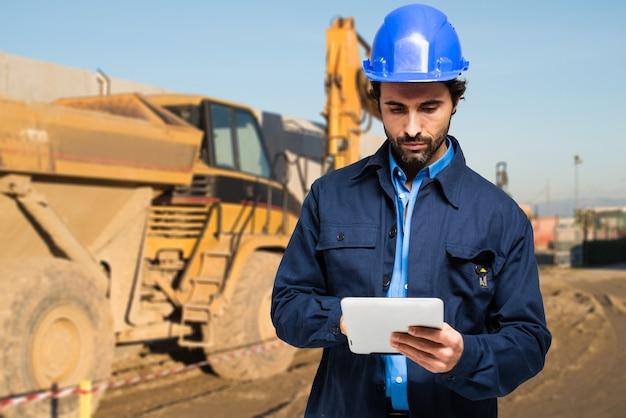 태블릿 컴퓨터를 사용하는 건설 전문가
