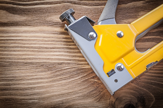 Строительный степлер на деревянной доске