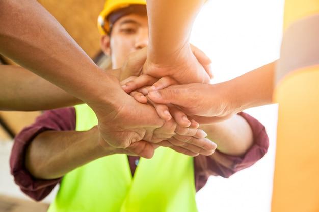 [建設チームワーク]エンジニアと建築家のチームが手を組み、成功するプロジェクトを構築します。チームワークの概念。