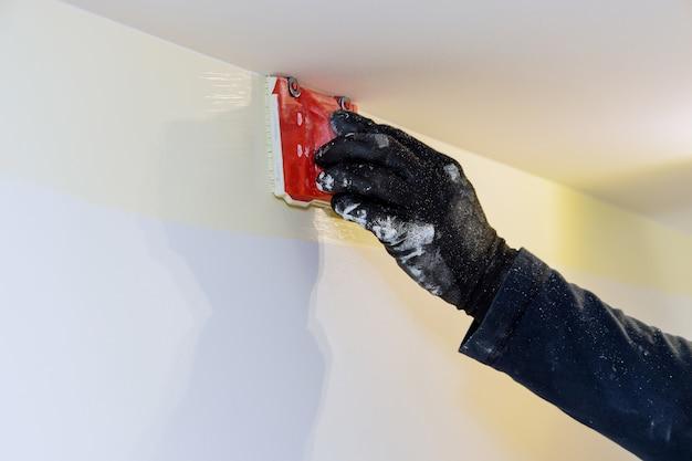 Строительный инструмент для рабочего подрядчика пользователя в угловой краской обрезной кромке кисти руки художника