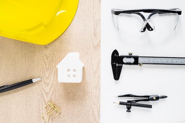 おもちゃの家の周りの建設ツール