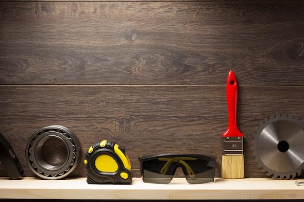 木製の棚の背景に建設ツール