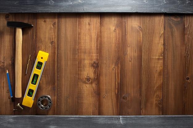 나무 판자 배경에 건설 도구