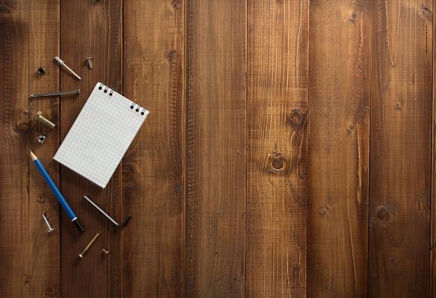 木の板の背景に建設ツール