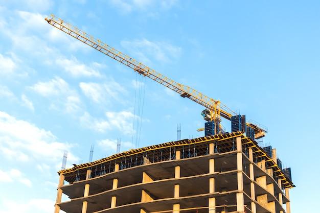 高層建設現場の建設タワークレーン、都市産業のコンセプト写真