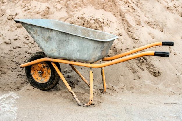 모래 더미에 대 한 건설 수레 클로즈업